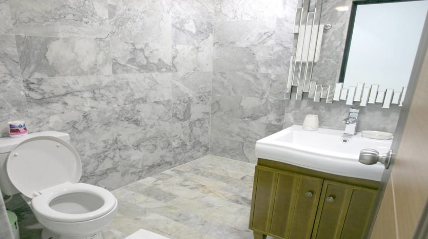 Naiharn Beach Condominium Bathroom For Sale Phuket (4)